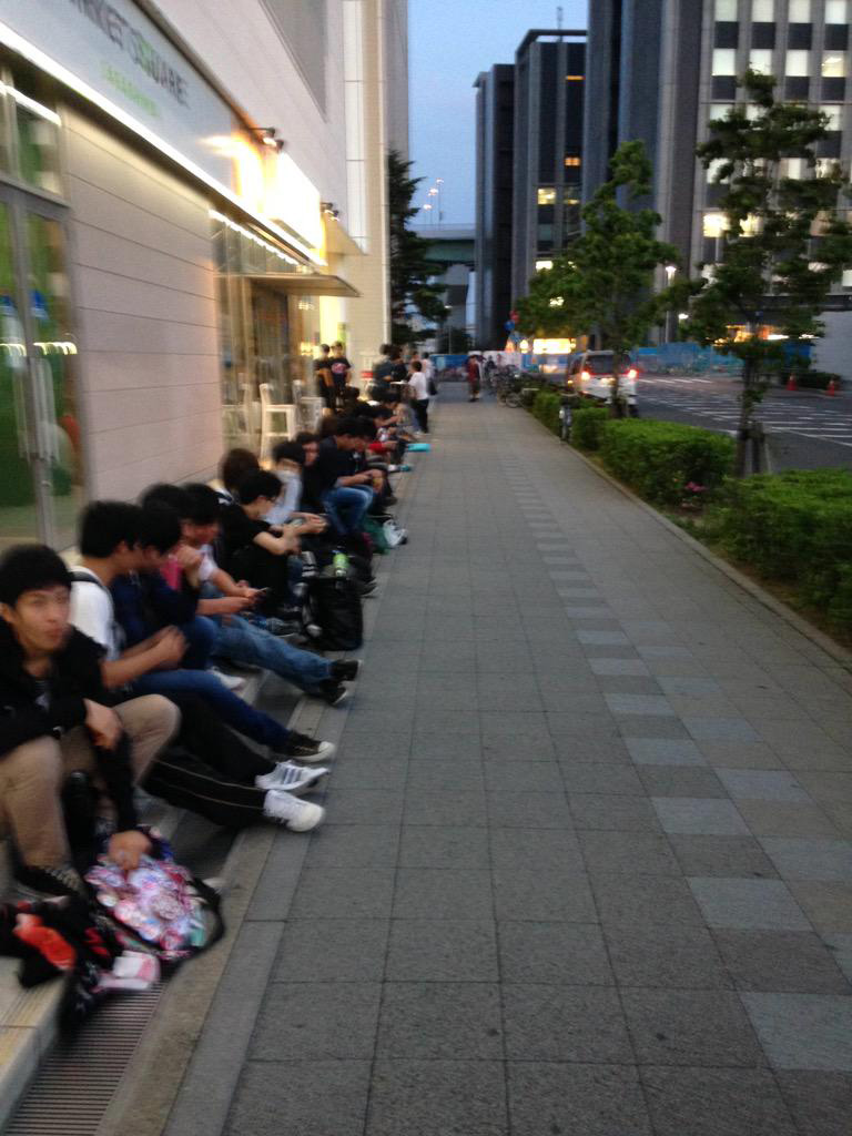 Fans-Line-up-Early-for-Love-Live!-The-School-Idol-Movie-Advance-Tickets-1
